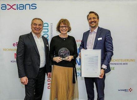 Gabriele Büsse, Unternehmensbereichsleiterin bei ekom21, bekam die Auszeichnung von Axians Infoma überreicht.
