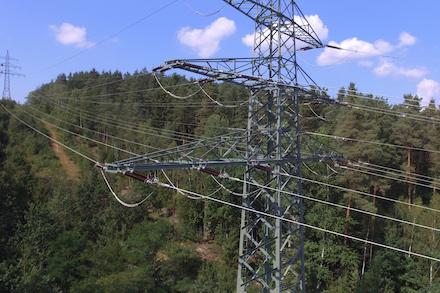 Mehr Einspeisung im Süden: Erster bundesweiter Testabruf von dezentralen Anlagen, um Transportengpässe im Stromnetz zu beheben.