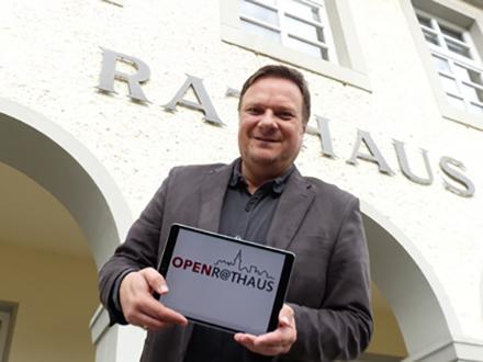 Bad Essen: Bürgermeister Timo Natemeyer präsentiert das Portal OpenR@thaus, über das Bürger online Anträge stellen und mit der Verwaltung kommunizieren können.