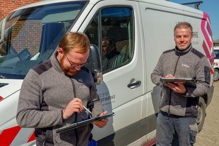Strommonteure der Heidjers Stadtwerke dokumentieren das Tagwerk auf dem Betriebshof per Tablet über das firmeneigene WLAN.