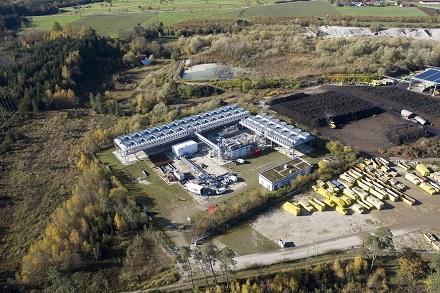 Links die Geothermieanlage, im Vordergrund wird die neue Anlage entstehen; rechts die Bioabfall-Vergärungsanlage des Betreibers Ganser Entsorgung, deren Wärme künftig mit ins Netz eingespeist wird.