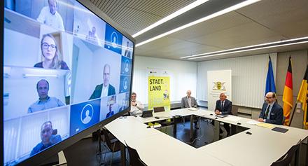 Digitalisierungsminister Thomas Strobl (2.v.r.) hat jetzt die Förderbescheide für weitere 39 Breitband-Projekte im Ländle übergeben.