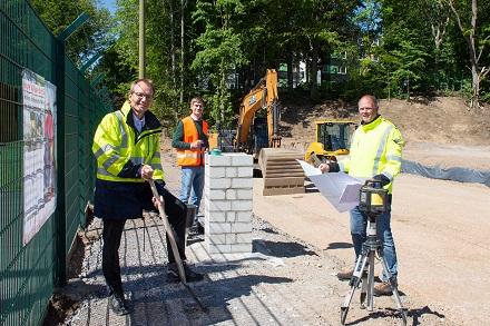 Stadtwerke Bochum Netz-Geschäftsführer Holger Rost und die Stadtwerke-Mitarbeiter Torben Redder und Holger Breuner (v.l.) stellen die Pläne für das neue Umspannwerk vor.