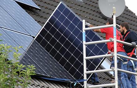 Immer mehr Hausbesitzer lassen sich Photovoltaikanlagen auf ihrem Dach installieren, um Ökostrom zu produzieren und zu nutzen.