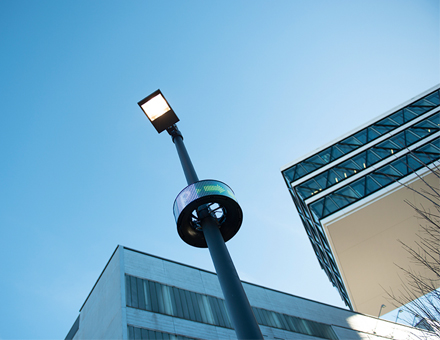 Da RheinEnergie wie andere Stadtwerke auch viele Leuchtmasten betreibt, kann sie über ihre Infrastruktur in Zukunft weitere Dienste für die Kölner bereitstellen.