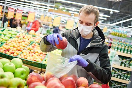 Die Personenzählanlage von citysens zeigt digital an, wie viele Menschen den Ulmer Fenneberg-Supermarkt betreten und wieder verlassen.