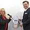 München: Gesamtpersonalratsvorsitzende Ursula Hofmann und Personalreferent Alexander Dietrich bauen die Stempeluhr ab.
