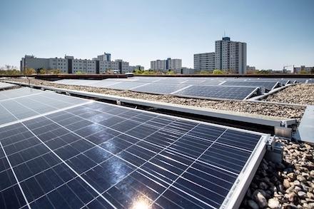 Eine Grundschule im Berliner Bezirk Tempelhof-Schöneberg bezieht ein Drittel ihres Stroms jetzt ökologisch vom eigenen Dach.