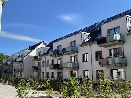 Solaranlagen auf dem Dach erzeugen Strom für ein neues Quartier in Hamburg.