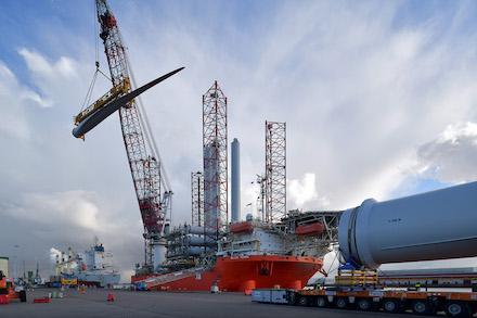 Mit der Montage der letzten Rotorblätter wurden die Bauarbeiten im Nordsee-Windpark Borkum II abgeschlossen.