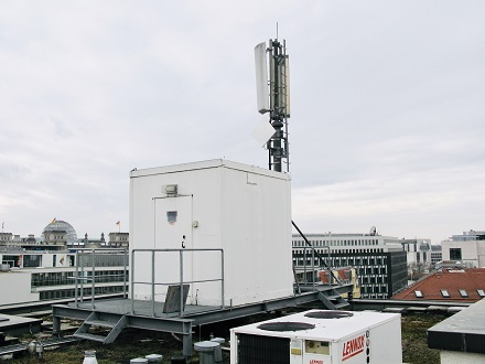 450-MHz-Funkmast in Berlin Mitte: Ein Konsortium aus Unternehmen der Energie- und Wasserversorgung will mit dem Funknetzausbau hierzulande durchstarten.