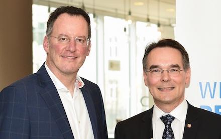 VKU-Präsident Michael Ebling (l.) und Ingbert Liebing, VKU-Hauptgeschäftsführer, begrüßen das Konjunkturpaket der Bundesregierung.