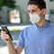 Wer positiv auf das Coronavirus getestet wurde, kann über die Corona-Warn-App freiwillig und anonym andere Nutzer informieren, die sich angesteckt haben könnten.