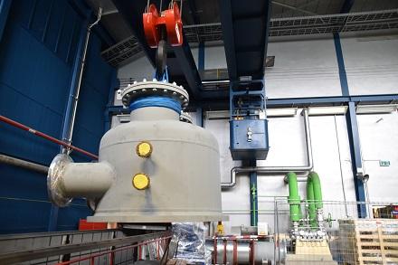 Maßarbeit war gefragt bei der Anlieferung des neuen Turbinenteils.