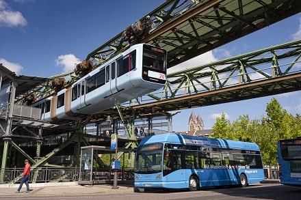 Neben der Schwebebahn künftig ein neues Wahrzeichen für Wuppertal: der Wasserstoffbus.