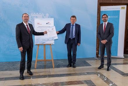 v.l.: Staatsminister Hubert Aiwanger bei der Urkundenübergabe an Prof. Dr. Markus Brautsch und Raphael Lechner vom Institut für Energietechnik.