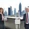 Oberbürgermeister Peter Feldmann und Mainova-Vorstandsmitglied Diana Rauhut präsentieren ein LoRaWAN-Gateway sowie einen smarten Wärmemengenzähler.