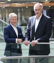 Sven Becker (l.), Sprecher der Geschäftsführung und Trianel-Geschäftsführer Oliver Runte blicken auf ein erfolgreiches Geschäftsjahr 2019 zurück.