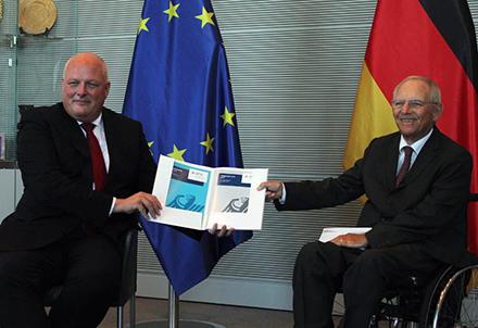 Der Bundesdatenschutzbeauftragte Ulrich Kelber (l.) übergibt seine aktuellen Tätigkeitsberichte an den Präsidenten des Deutschen Bundestages, Wolfgang Schäuble.