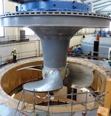 Das neue tonnenschwere Laufrad kann die Strömungsenergie effizienter nutzen.