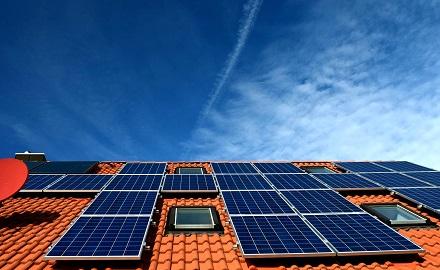 Mit dem neuen Programm des ESWE Innovations- und Klimaschutzfonds soll überschüssige Sonnenenergie zu Hause effizient gespeichert werden.