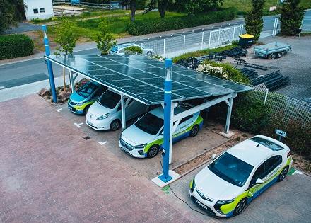 Mit dem Umzug in die neue Unternehmenszentrale verbanden die Stadtwerke Rodgau den Aufbau eines Solarcarports, das die E-Fahrzeugflotte auflädt.
