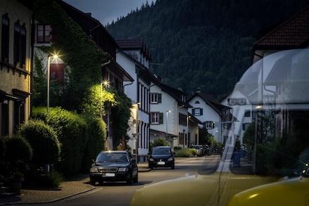 Die Straßenbeleuchtung ist in vielen Gemeinden noch immer ein großer Energieschlucker – dabei lässt sie sich mit einer Contracting-Lösung oft kostengünstig modernisieren.