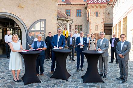 Vertreter der Metropolregion Rhein-Neckar GmbH sowie des Landkreises Bergstraße haben in Heppenheim eine Kooperationsvereinbarung mit dem Land Hessen für den KommunalCampus unterzeichnet.