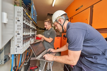 Bei dem Pilotprojekt in Kadenbach testet die evm-Gruppe mit Partnern die Weitbereichsregelung, die zukünftig Spannungsschwankungen im Netz automatisiert ausgleicht.