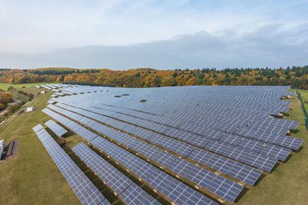 Der Solarpark Fitten produziert auf einer Fläche von 22.000 Quadratmetern Strom, der jährlich bis zu 900 Haushalte versorgt.