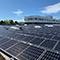 Ein Ausschnitt der 10.000 Quadratmeter großen PV-Anlage auf dem Dach des Münchner Centro Tesoro.