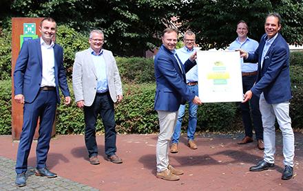 Landrat Dr. Kai Zwicker übergibt die Auszeichnung für die Teilnahme am ÖKOPROFIT-Projekt an die Gemeinde Raesfeld.