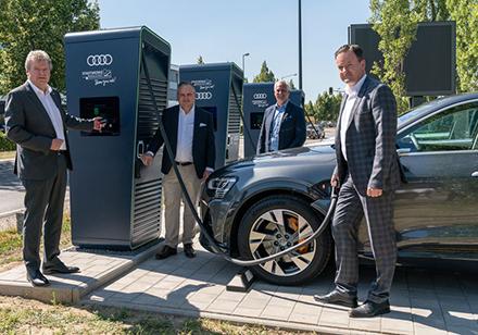 Die erste Schnellladetankstelle in Ingolstadt ist eröffnet.