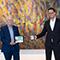 Oberbürgermeister Fritz Kuhn (l.) und Erster Bürgermeister Fabian Mayer stellen den neuen Internet-Auftritt der Stadt Stuttgart vor.