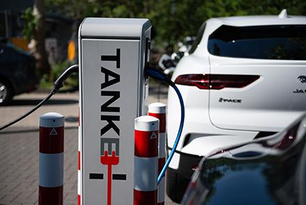 Das neue Whitepaper von TankE liefert kommunalen Unternehmen praxisorientierte Tipps für die Planung und Umsetzung einer passenden Lade-Infrastruktur für Elektroautos.