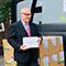 Hamburgs Schulsenator Ties Rabe empfängt digitale Endgeräte für eine Schule, finanziert aus den Fördergeldern des DigitalPakt II.