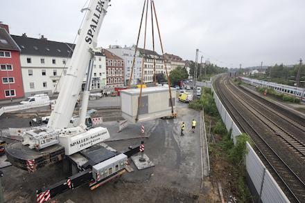 Ein Spezialkran hat das Trafogebäude für die M2-Endwende am Osnabrücker Hauptbahnhof am Haken.