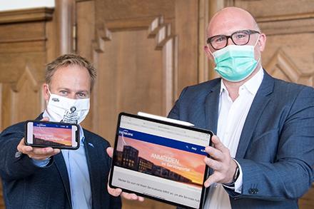 Oberbürgermeister Sören Link (rechts) und Stadtdirektor Martin Murrack treiben mit dem neuen Serviceportal der Stadt Duisburg die Digitalisierung der Verwaltung voran.