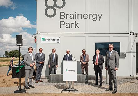 Der neue Forschungsstandort im Brainergy Park, der sich Konzepten der Sektorkopplung für die Energiewende widmet, ist nun eröffnet.