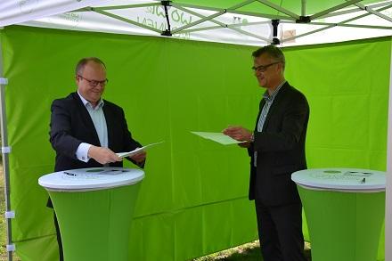 Unterzeichnung der Absichtserklärung durch Jan Eckardt (Geschäftsführer WOWI) und Torsten Röglin (Geschäftsführer Stadtwerke Frankfurt/Oder, v.l.).