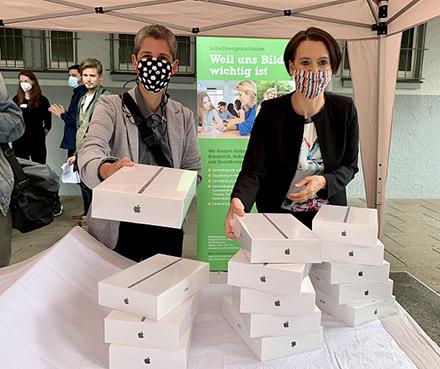 Bremer Lehrer und Schüler erhalten Tablets.