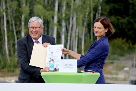 Jörg Steinbach, Wirtschaftsminister des Landes Brandenburg und Sophia Eltrop, Geschäftsführerin der EWP bei der Fördermittelübergabe.