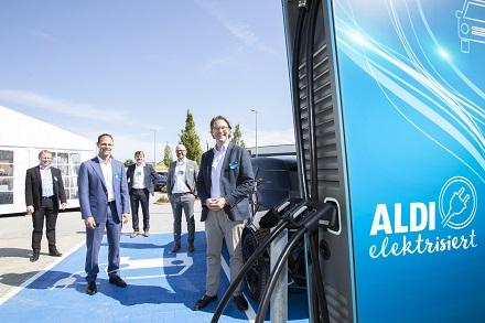 Bundesverkehrsminister Andreas Scheuer gab mit einem symbolischen ersten Ladevorgang in Passau den Startschuss für das Ladesäulen-Großprojekt von Aldi Süd.