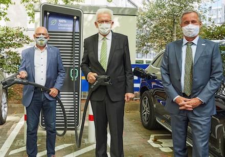 Der erste öffentliche Schnellladepark für Elektroautos in Stuttgart ist geöffnet.