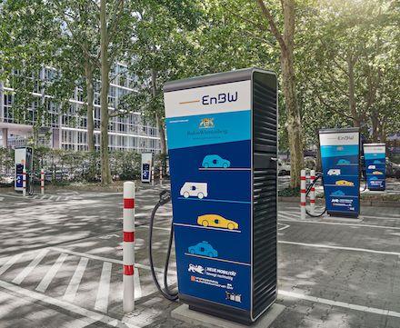 Turbo-Stromtankstelle in Stuttgart: An insgesamt 12 Ladepunkten können Elektroautos mit einer Leistung von bis zu 300 Kilowatt geladen werden.