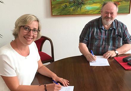 Oberbürgermeisterin Stefanie Seiler und der Personalratsvorsitzende Werner Ruffing unterzeichnen die Dienstvereinbarung zur Digitalisierung der Stadtverwaltung Speyer.