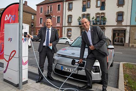 MVV baut die Lade-Infrastruktur für Elektrofahrzeuge in Mannheim kontinuierlich aus. Nun ist die 100. Ladesäule in Betrieb.
