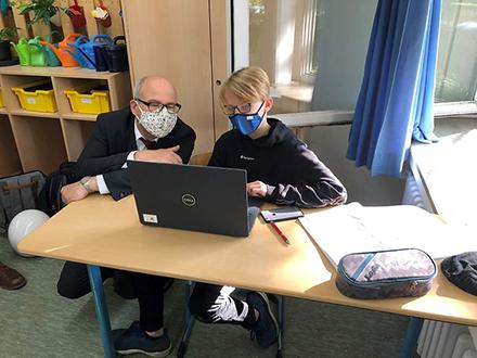 Der Hamburger Schulsenator Ties Rabe lässt sich das neue Lern-Management-System von einem Schüler zeigen.