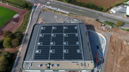 Die neue PV-Anlage auf dem Dach der Großsporthalle wird jährlich rund 300.000 kWh Solarstrom erzeugen und damit in etwa den Strombedarf von 125 Haushalten.