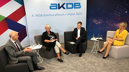 Eine Diskussionsrunde im Studio des AKDB-Kommunalforums: Die Teilnehmer konnten das Geschehen live im virtuellen Raum verfolgen.